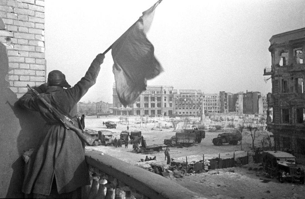 Czerwony sztandar nad centralnym placem w wyzwolonym Stalingradzie w 1943 roku.