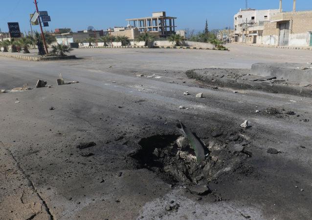 Skutki bombardowania niekontrolowanego przez syryjski rząd miasta Chan Szajchun położonego w prowincji Idlib