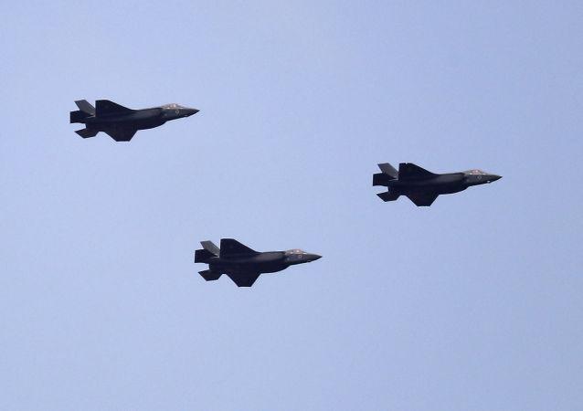 Myśliwce izraelskich sił powietrznych F-35 podczas odchodów Dnia Niepodległości