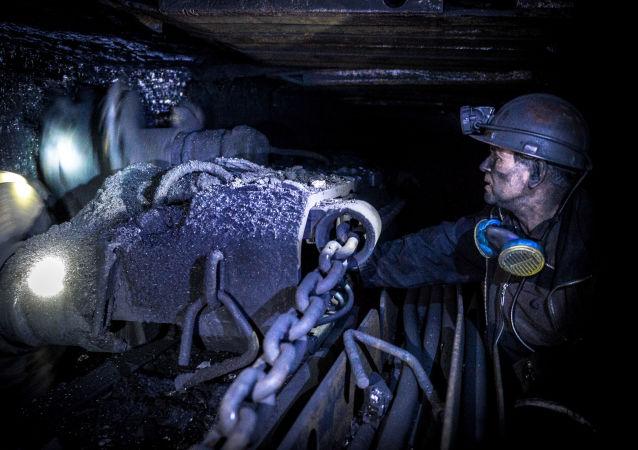 """Górnik wydobywa węgiel w kopalni """"Głęboka"""" w obwodzie donieckim"""