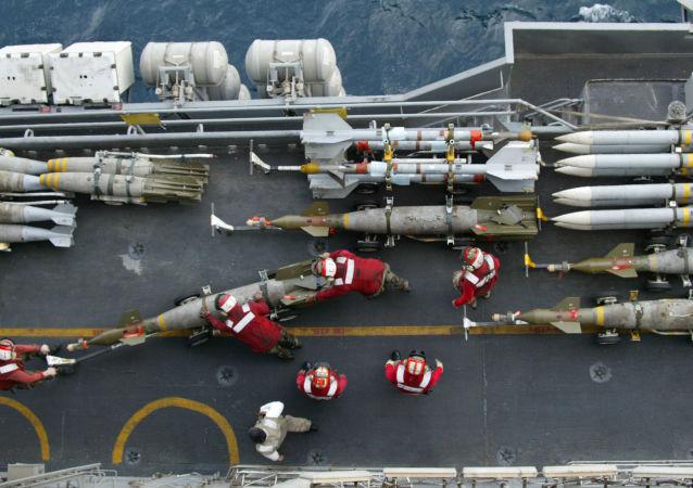 Pociski na pokładzie amerykańskiego lotniskowca Kitty Hawk