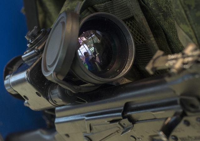 """Modułowy celownik noktowizyjny na stoisku Rosteindexu na wystawie """"Interpolitex 2015"""" w Moskwie"""