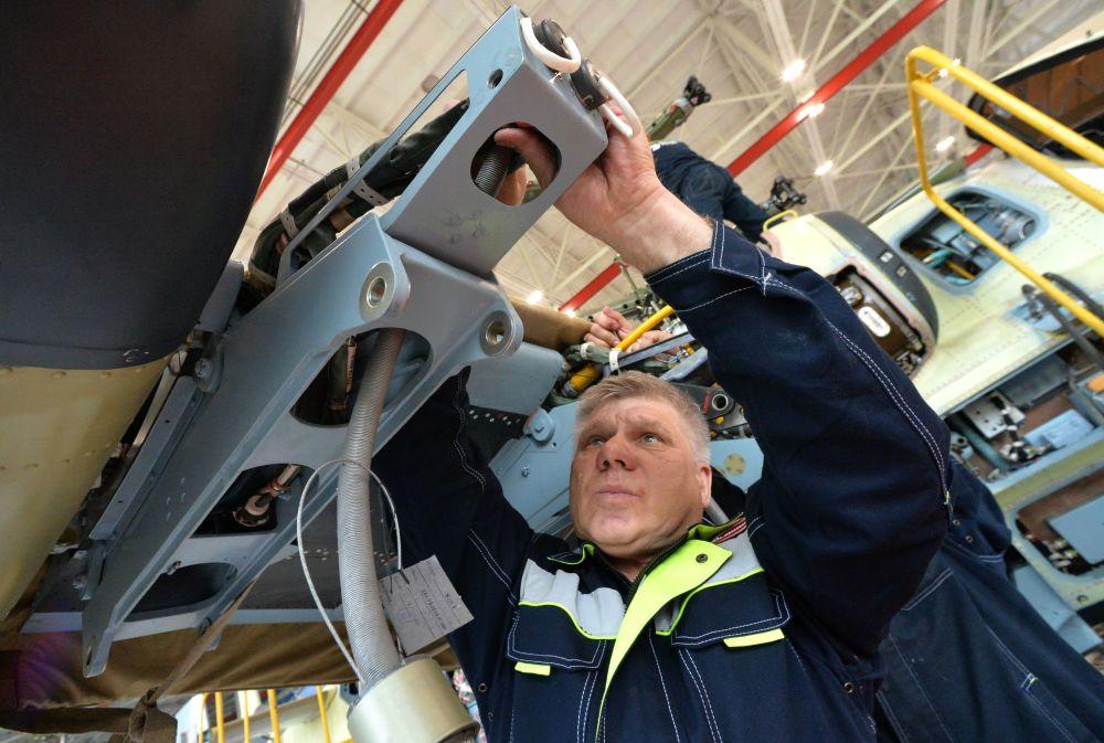 """Pracownik w montowni śmigłowców Ka-52 Aligator w Zakładzie Lotniczym """"Progress"""" w Kraju Nadmorskim."""