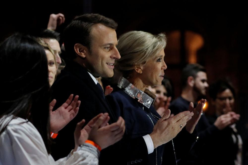 Prezydent elekt Emmanuel Macron z małżonką podczas obchodów zwycięstwa w wyborach.