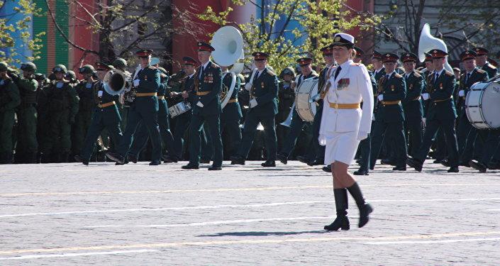 Piękne Rosjanki w mundurach przyciagają wzrok nie tylko swoich kolegów, ale też publiczności.