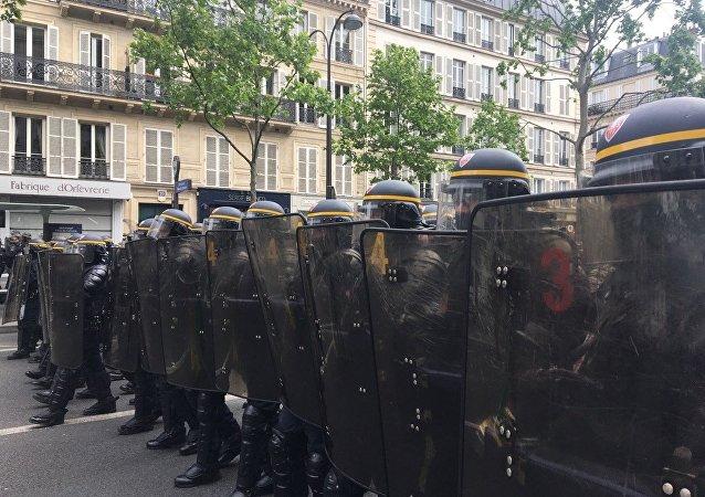 Protesty przeciwko polityce nowowybranego prezydenta Francji Emmanuela Macrona i Marine Le Pen.