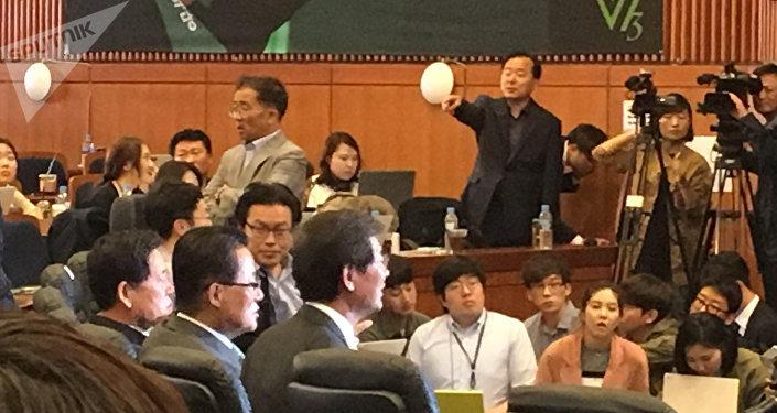 국민의당 선대위 지도부가 출구조사 발표직전 긴장을 감추지 못하고 있다.