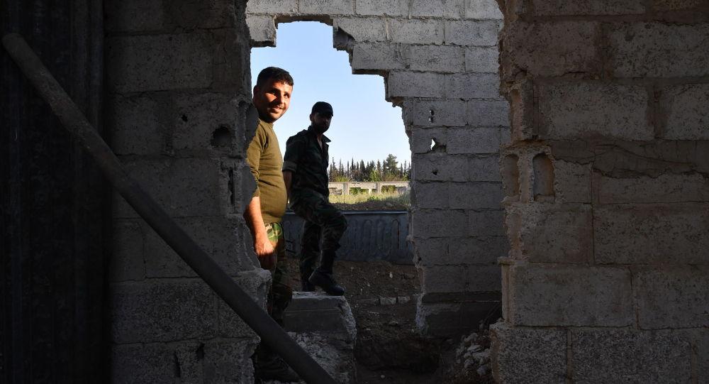 Żołnierzy syryjskiej armii na linii rozgranicajacej strony konfliktu, na przedmieściach Damaszku Wschodnia Guta, gdzie obowiązuje porozumienie o zawieszeniu broni