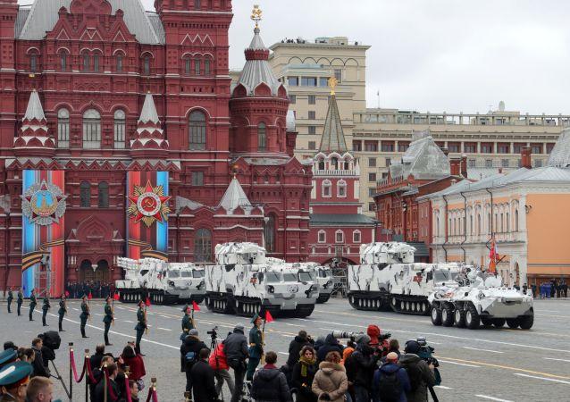 """Transporter opancerzony BTR-82A, przeciwlotniczy system rakietowy """"Tor M2"""" na bazie transportera DT-30 i przeciwlotniczy system rakietowy """"Pancyr SA"""" podczas parady wojskowej w Moskwie"""