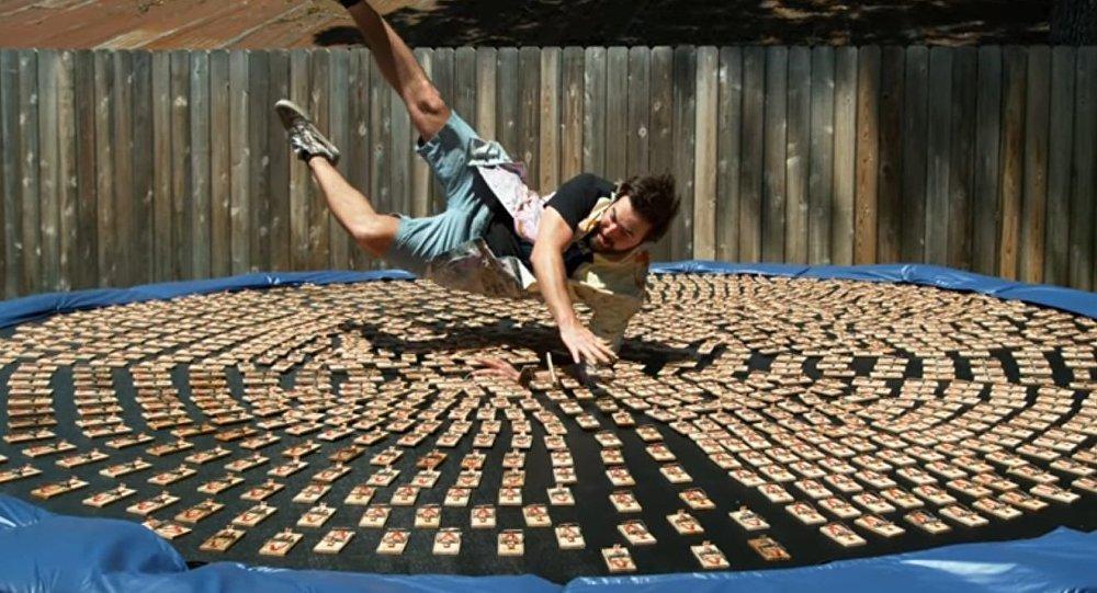 Amerykanin skoczył na trampolinę z tysiącem załadowanych pułapek na myszy