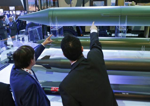 Turecki system rakietowy KAAN i pociski TRG-300 na Międzynarodowej Wystawie Przemysłu Obronnego IDEF'17