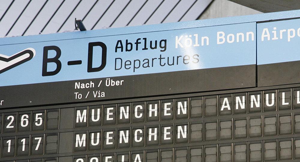 Tablica przylotów na lotnisku w Kolonii