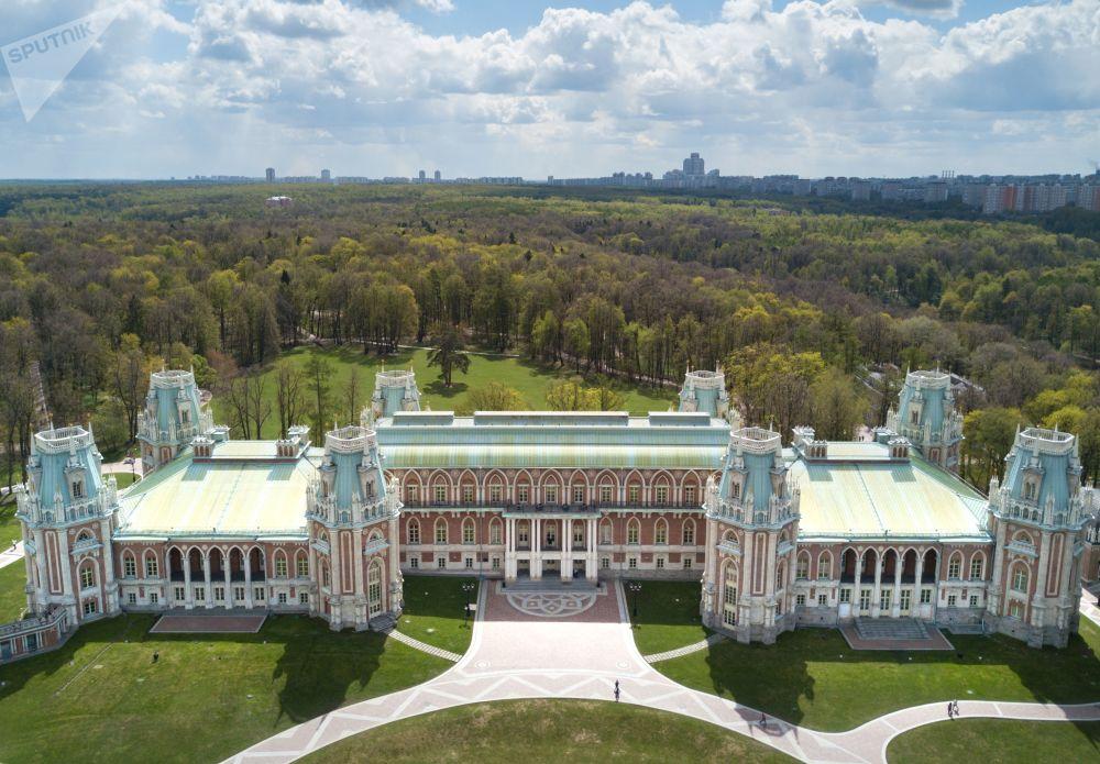 """Muzeum """"Carycyno"""" mieści się na południu Moskwy, przy stacji metra o tej samej nazwie. Na jego terenie znajduje się kompleks pałacowy, oranżeria, historyczny park, a także nowe strefy kwiatowe i fontanny świetlno-muzyczne."""