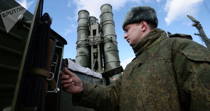 """Żołnierz przy rakietowym systemie obrony powietrznej """"Triumf"""" S-400 w obwodzie moskiewskim"""