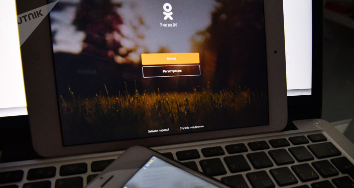 Strona serwisu społecznościowego Odnoklassniki na ekranie smartfona