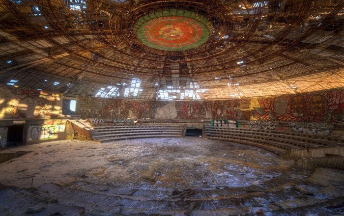 Dom-Pomnik Komunistycznej Partii Bułgarii na szczycie górskim Buzłudża, wzniesiony w roku 1981 przez ówczesne komunistyczne władze. Futurystyczny budynek projektu Georgija Stoiłowa ma kształt spodka o średnicy 42 m i wysokości 14,5 m. W środku mieści się sala konferencyjna bogato zdobiona mozaikami, przy stworzeniu których pracowało ponad 60 artystów. Nad kopułą wznosi się 70-metrowa wieża ozdobiona dwoma pięcioramiennymi, czerwonymi gwiazdami z rubinowego szkła, wysokimi na 12 m. Po upadku komunizmu w roku 1989, budowla zaczęła popadać w ruinę.
