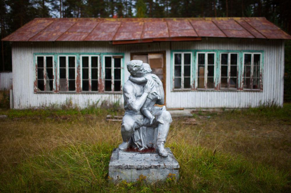 """Opuszczony obóz pionierów """"Kosmodrom im. Jurija Gagarina"""" w miejscowości Wiartsila w Republice Karelii."""
