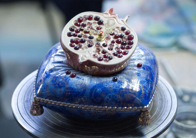 """Biało-niebieskie dekoracje, firmowe """"maźnięcie"""" pędzla, pozwalające na tworzenie różnych odcieni niebieskiego – to to, co wyróżnia wyroby porcelanowe mistrzów z Gżela."""