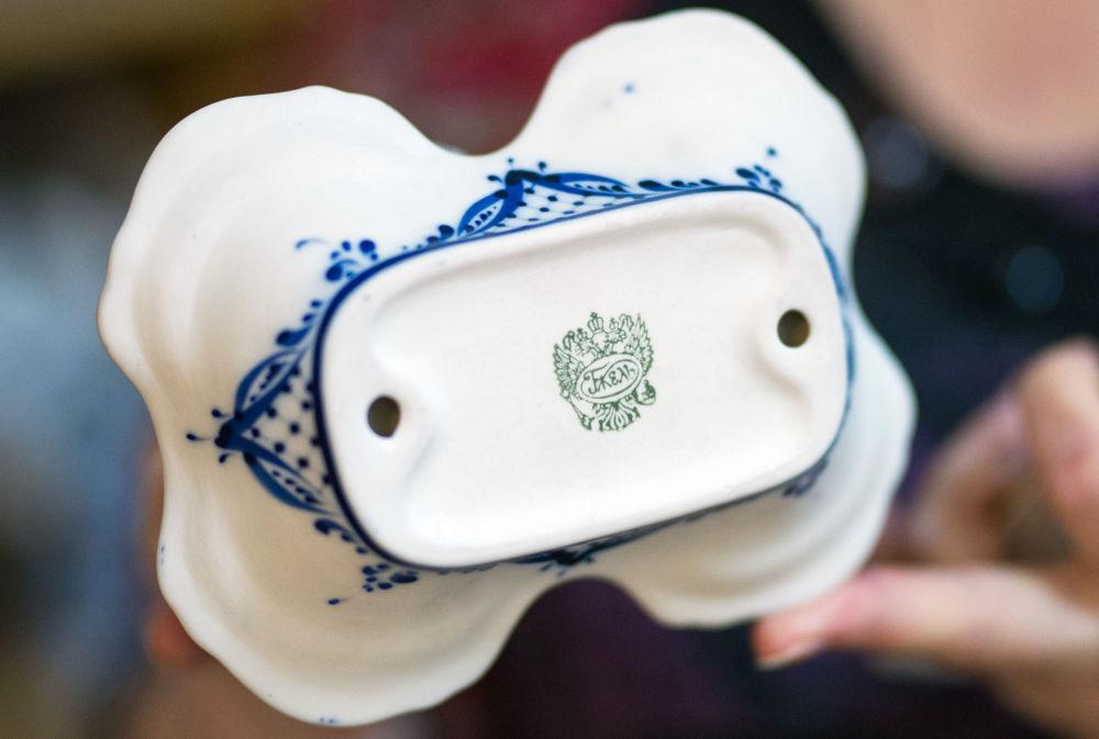 """Znak jakości umieszczany na każdym wyrobie, wyprodukowanym w Fabryce Porcelany """"Gżel""""."""