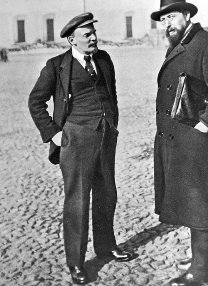 """Władimir Lenin i Władimir Boncz-Brujewicz na spacerze po Kremlu 16 października 1918 roku. Europejskiego fasonu garnitur-trójka z czapką to moda europejska końca lat 1910-ych. Jednak dla ówczesnej Rosji to był """"kosmos""""."""