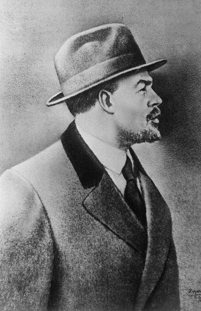 Władimir Lenin w Sztokholmie w 1917 roku. W ostatnich dniach przed powrotem do Rosji nie tylko ubrany był w palto, ale i w kapelusz. W Rosji będzie musiał zrezygnować z tego atrybutu inteligencji dla swojego nowego wizerunku.