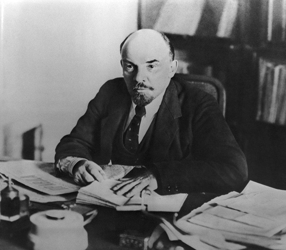 Władimir Lenin  w swoim gabinecie na Kremlu 16 października 1918 roku. Garnitur jako część wizerunku przewodniczącego Radzieckiego Komitetu Narodowego był jak najbardziej na miejscu. Ale zgodnie z warunkami wojennego, zimnego i ubogiego 1918 roku był mniej wyprasowany. A twarz wodza – zmęczona.