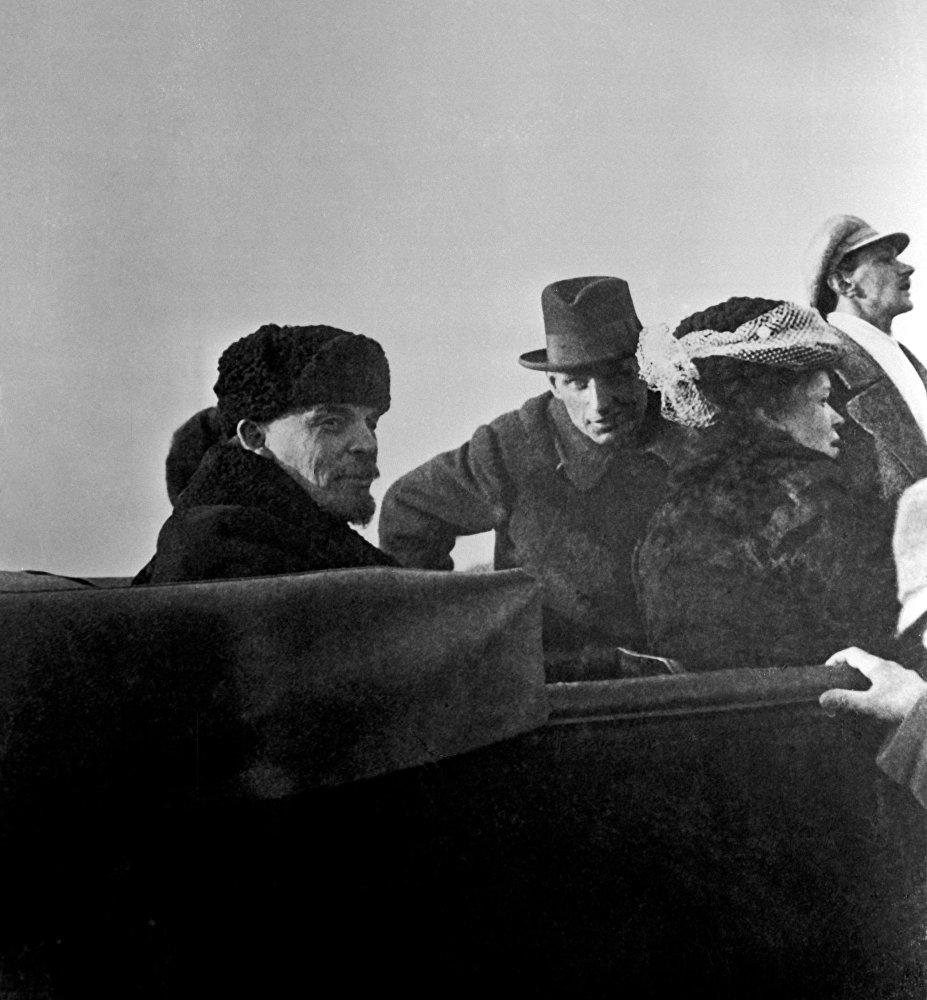 Władimir Lenin z siostrą Marią 1 maja 1918 roku. W zimnym otwartym samochodzie na Leninie – czapka-uszanka. A jego towarzysz jest w kapeluszu, być może po prostu nie posiada nic cieplejszego do ubrania.