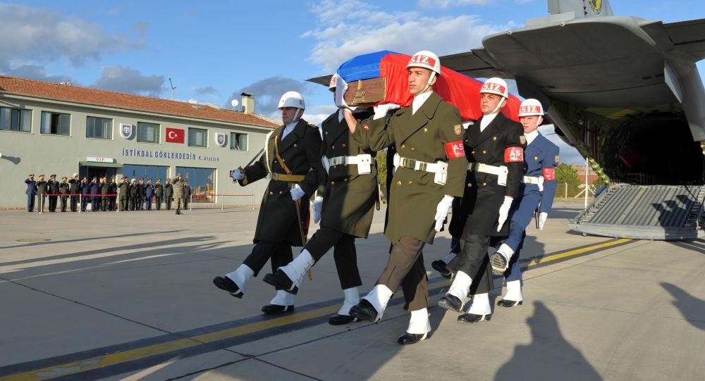 Turecka kompania honorowa niesie trumnę z ciałem rosyjskiego pilota Olega Pieszkowa na lotnisku w Ankarze, Turcja