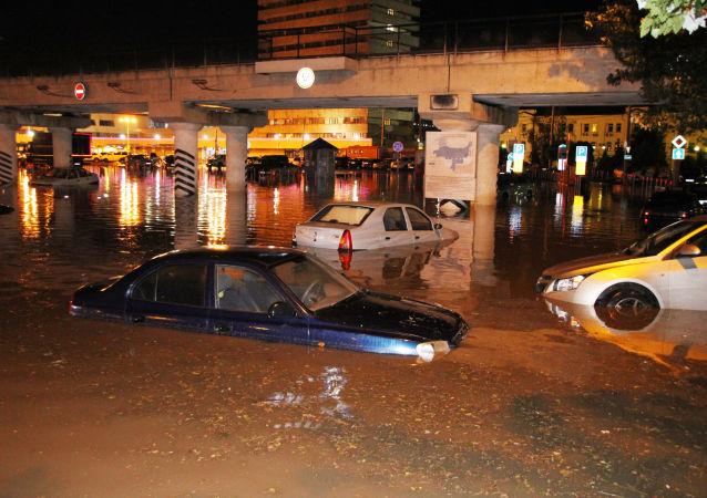 We Lwowie śmieci po ulewie pływały ulicami