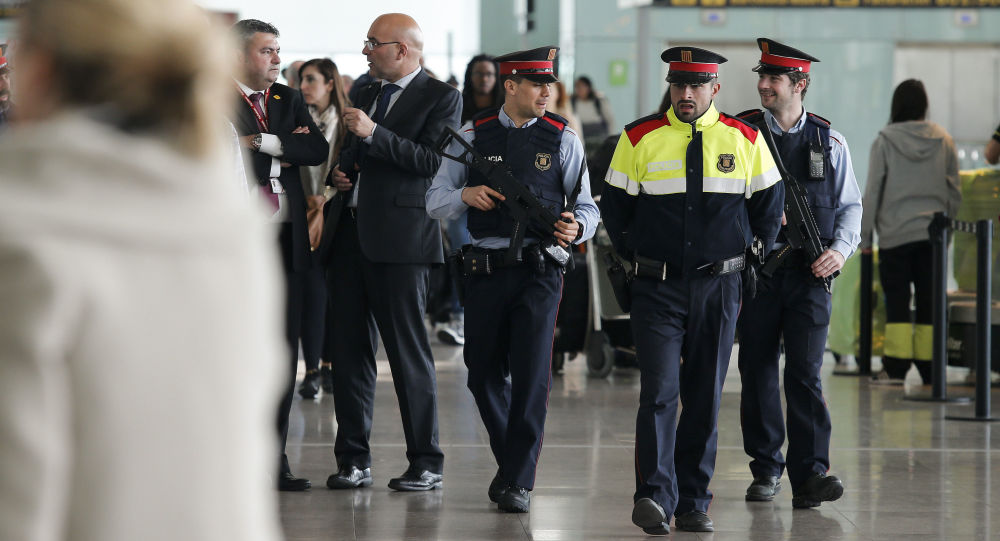 Hiszpańscy funkcjonariusze na lotnisku w Barcelonie