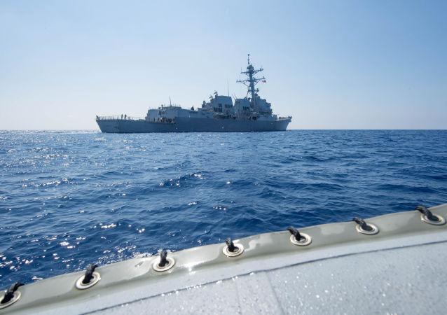 Amerykański niszczyciel rakietowy USS Dewey. Zdjęcie archiwalne