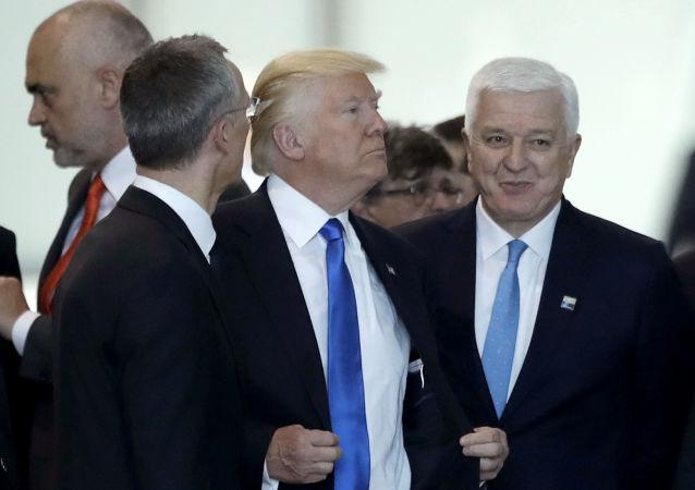Prezydent USA Donald Trump i premier Czarnogóry Dusko Markovic na szczycie NATO w Brukseli
