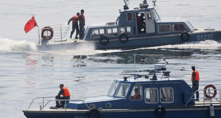 Chińskie kutry patrolowe na rzece Yalu, która oddziela Koreę Północną od Chin