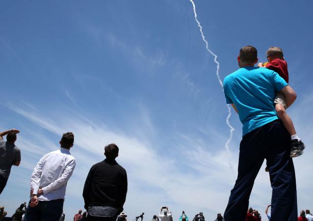 Widzowie oglądają próby systemu obrony przeciwrakietowej USA w Kalifornii
