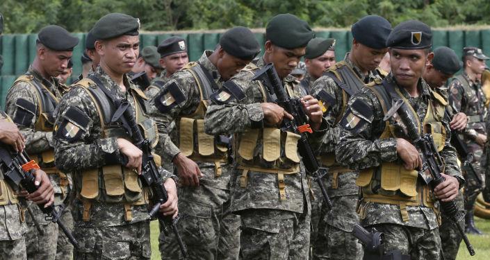 Filipińscy żołnierze w obozie wojskowym