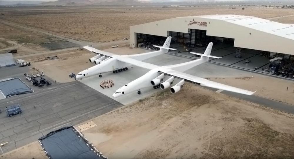 Wyprowadzenie z hangaru największego samolotu na świecie w USA
