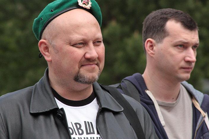 Nie ma byłych pograniczników - napis na koszuli jednego z uczestników przejażdżki czołgiem w Alabinie