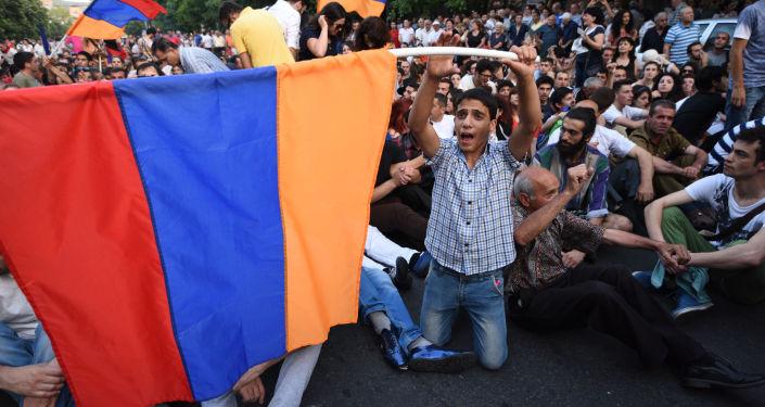 Protestujący na ulicach Erewania