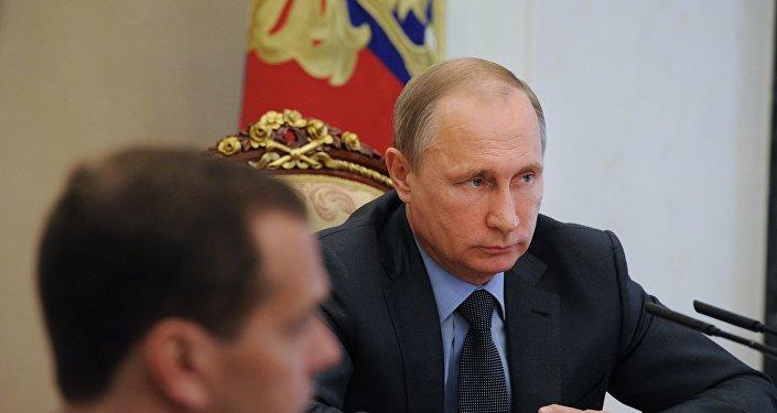 Prezydent Władimir Putin podczas narady z członkami rosyjskiego rządu