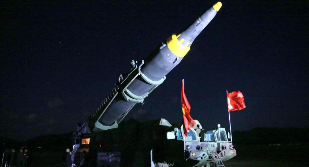 Moment odpalenia rakiety balistycznej średniego zasięgu Hwasong-12 w KRLD