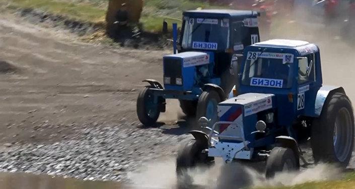 """W Rosji odbyły się wyścigi na traktorach """"Bizon-Track-Show"""""""