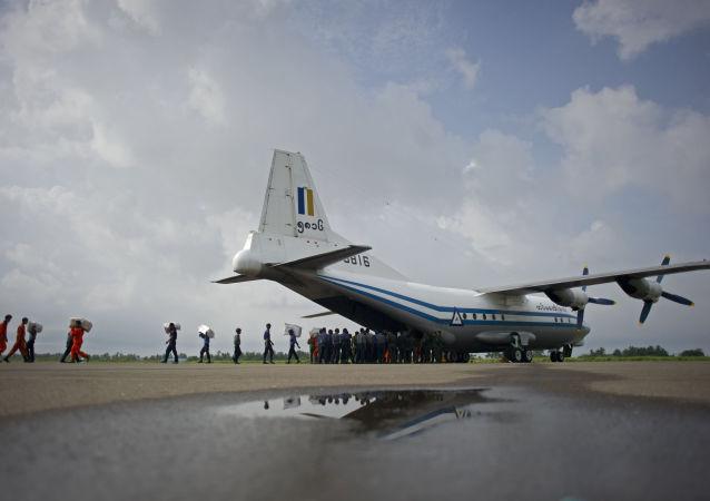 Czterosilnikowy wojskowy samolot transportowy o napędzie turbośmigłowym Y-8
