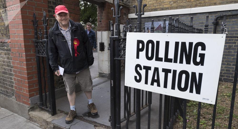 Zwolennik Partii Pracy przy wyjściu z lokalu wyborczego w Londynie