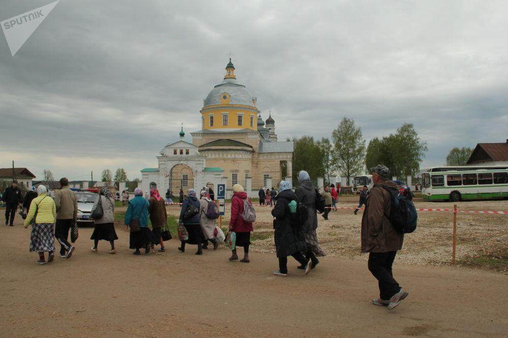 W 1557 roku ikona powróciła do Chłynowa (dzisiejszego Kirowa). A już od XVII wieku wierzący uczestniczą w procesji z miasta do kaplicy na brzegu rzeki Wielikaja, gdzie objawiła się ikona.