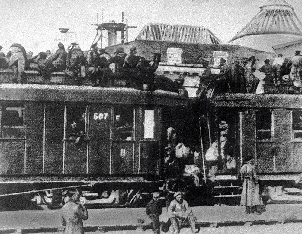 Dla większości Rosjan w 1917 roku środkiem transportu były powóz konny lub pociąg. Koleje były wówczas przeładowane. Kto nie mógł kupić biletu, musiał jechać na dachu wagonu.