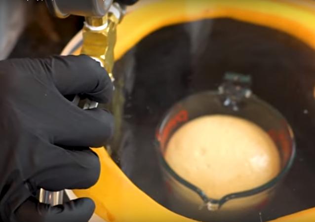 Męskie eksperymenty: Co się stanie, jeśli przyrządzimy naleśniki w próżni