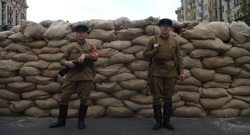 Uczestnicy festiwalu Czasy i epoki na ulicy Twerskiej w Moskwie