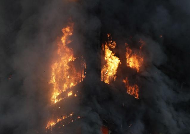 Płonący apartamentowiec w zachodnim Londynie