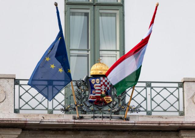 Flagi Węgier i UE na pałacu prezydenckim w Budapeszcie