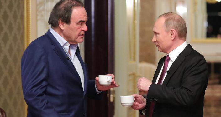 Prezydent Rosji Władimir Putin i amerykański reżyser filmowy Oliver Stone w czasie wywiadu